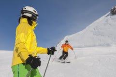 Bergaf ski?end - alpin ski Stock Afbeeldingen