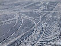 Bergaf skisporen op skihelling Royalty-vrije Stock Afbeelding