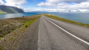 Bergaf weg dichtbij Sudavik in IJsland, Europa Royalty-vrije Stock Foto