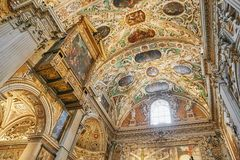 Bergame, Italie - 18 août 2017 : Di Santa Maria Maggiore, intérieur fleuri de basilique du ` s de Bergame d'or photos libres de droits
