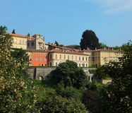 Bergamo's历史Citta亚尔他上部镇的部分的看法反对早晨蓝天的 库存图片
