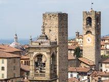 bergamo Италия старый городок Ландшафт в центре города, старых башнях и башнях с часами от древней крепости стоковое фото rf