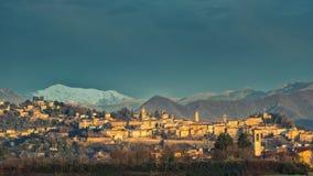 Bergamo Alta con neve nelle montagne Fotografia Stock