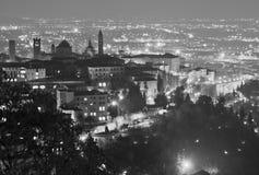 Bergamo Alta på natten Arkivfoton