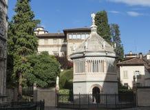 Bergamo, alte Stadt, der Baptistery nah an der Kathedralen- und Colleoni-Kapelle Lizenzfreies Stockbild