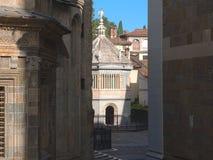 Bergamo, alte Stadt, der Baptistery nah an der Kathedralen- und Colleoni-Kapelle Stockbild