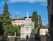 Bergamo, alte Stadt, der Baptistery nah an der Kathedralen- und Colleoni-Kapelle Stockfotos
