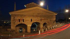 Bergamo, a cidade velha Ajardine na porta velha nomeada porta de San Giacomo durante a noite com as fugas dos faróis Fotos de Stock