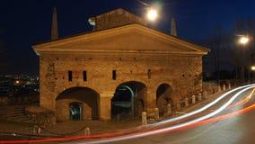 Bergamo, a cidade velha Ajardine na porta velha nomeada porta de San Giacomo durante a noite com as fugas dos faróis Imagens de Stock