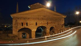 Bergamo, a cidade velha Ajardine na porta velha nomeada porta de San Giacomo durante a noite com as fugas dos faróis Fotos de Stock Royalty Free