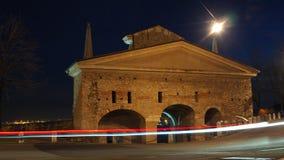 Bergamo, a cidade velha Ajardine na porta velha nomeada porta de San Giacomo durante a noite com as fugas dos faróis Imagem de Stock