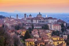 Bergamo Città Vecchia, Lombardia, Italia, alla luce drammatica di alba Fotografia Stock