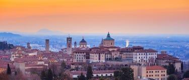 Bergamo Città Vecchia, Lombardia, Italia, alla luce rossa di alba Fotografia Stock