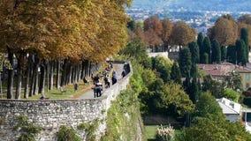 Bergamo Citta Alta Ein Schritt in der Vergangenheit stock footage