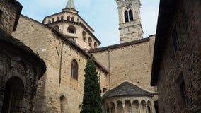 Bergamo, de oude stad Één van de mooie stad in Italië De klokketoren en de koepel van Santa Maria Maggiore Cathedral stock footage