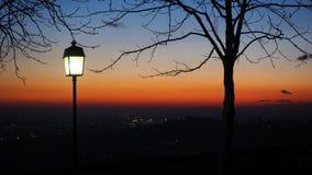 Bergamo den gamla staden gammala väggar italy Kontur av den ljusa polen under solnedgången Arkivfoto