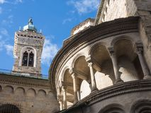 Bergamo - gammal stad En av den härliga staden i Italien Lombardia Klockatornet och kupolen av domkyrkan kallade Santa Maria Royaltyfria Bilder