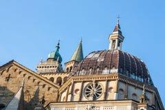 Bergamo gammal stad Sikt av kupoler och toppmöten av kyrkliga klockor Royaltyfri Fotografi