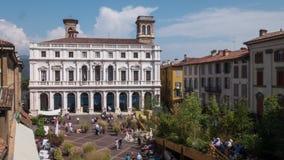 Bergamo, het paleis van Palazzo Nuovo in oud vierkant, Timelapse stock videobeelden