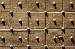 Bergamo, houten deur stock foto