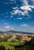 Bergamo, Itália - 18 de agosto de 2017: Vista panorâmica da cidade de Bergamo das paredes do castelo Foto de Stock