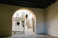 Bergamo, Itália - 18 de agosto de 2017: Pátio do prédio de apartamentos velho Imagem de Stock