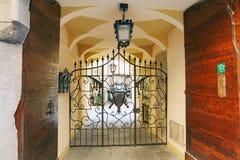 Bergamo, Itália - 18 de agosto de 2017: Pátio do prédio de apartamentos velho Fotos de Stock Royalty Free