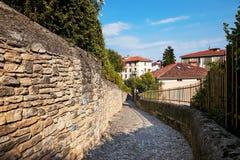 Bergamo, Itália - 18 de agosto de 2017: Uma rua pedestre europeia velha Imagem de Stock