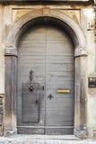 Bergamo, Italië - Augustus 18, 2017: De voordeur van een oud huis Stock Fotografie