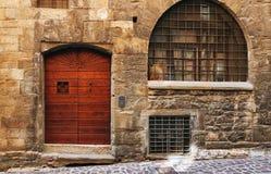 Bergamo, Italië - Augustus 18, 2017: De voordeur van een oud huis Stock Foto