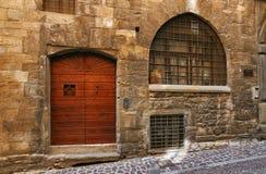 Bergamo, Italië - Augustus 18, 2017: De voordeur van een oud huis Stock Afbeelding