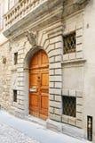 Bergamo, Italië - Augustus 18, 2017: De voordeur van een oud huis royalty-vrije stock fotografie