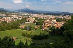 Bergamo, Italia - 18 agosto 2017: Vista panoramica della città di Bergamo dalle pareti del castello Fotografia Stock