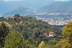 Bergamo, Italia - 18 agosto 2017: Vista panoramica della città di Bergamo dalle pareti del castello Immagine Stock Libera da Diritti
