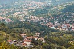 Bergamo, Italia - 18 agosto 2017: Vista panoramica della città di Bergamo dalle pareti del castello Immagine Stock