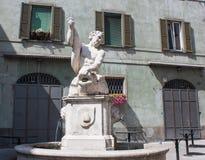 Bergamo, Italia, la vecchia città La fontana del delfino in via di Pignolo Immagini Stock Libere da Diritti