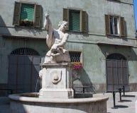 Bergamo, Italia, la vecchia città La fontana del delfino in via di Pignolo Immagine Stock Libera da Diritti