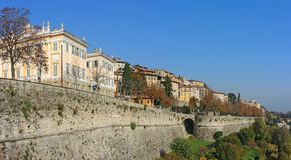 Bergamo, Italia, la vecchia città Uno di bella città in Italia Le vecchie e costruzioni storiche alla città superiore Immagine Stock
