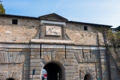 BERGAMO, ITALIA - 25 MARZO: Arco dell'entrata a Citta Alta Bergamo Fotografia Stock