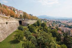 Bergamo, Italien - 18. August 2017: Das Schloss von La Rocca Bergamo ist im oberen Stadtteil auf dem Hügel des Heiligen Eup Lizenzfreie Stockfotografie