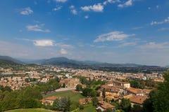 Bergamo, Italien - 18. August 2017: Panoramablick der Stadt von Bergamo von den Schlosswänden Lizenzfreie Stockbilder