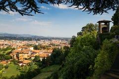 Bergamo, Italien - 18. August 2017: Panoramablick der Stadt von Bergamo von den Schlosswänden Stockfotos
