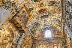 Bergamo Italien - Augusti 18, 2017: Di Santa Maria Maggiore, utsmyckad guld- inre för basilika för Bergamo ` s royaltyfria foton