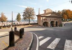 Bergamo Italien - Augusti 18, 2017: en slingrande väg med en övergångsställe Royaltyfri Fotografi