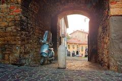 Bergamo Italien Augusti 18, 2018: Vara nedstämd parkeras på gatan av det gammalt hög moscow för byggnadsstadsafton stigning arkivfoton