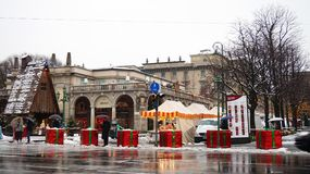 BERGAMO ITALIEN - DECEMBER 11, 2017: konkreta kvarter som täckas som jätte- julgåvor för att skydda från terrorist, åker lastbil  arkivbilder
