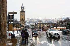 BERGAMO, ITALIEN - 11. DEZEMBER 2017: Largo Gianandrea Gavazzeni-Straße mit oberer Stadt mit Schnee auf dem Hintergrund, Bergamo, Stockfotografie