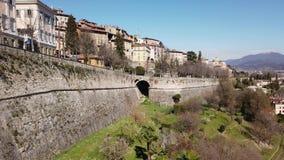 bergamo italy Den gammala staden De gamla och historiska byggnaderna på övrestaden och den Venetian väggen arkivfilmer