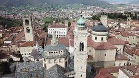 bergamo italy Flyg- sikt för surr av den gamla staden Landskap på centret, dess historiska byggnader, kyrkor och torn arkivfilmer