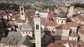 bergamo italy Flyg- sikt för surr av den gamla staden Landskap på centret, dess historiska byggnader, kyrkor och torn stock video